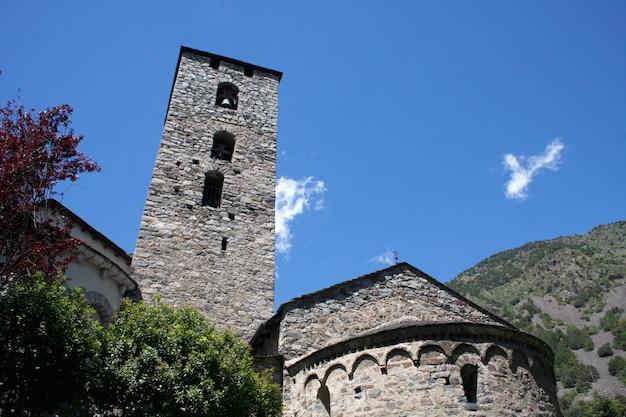 Chiesa medievale e torre campanaria in andorra