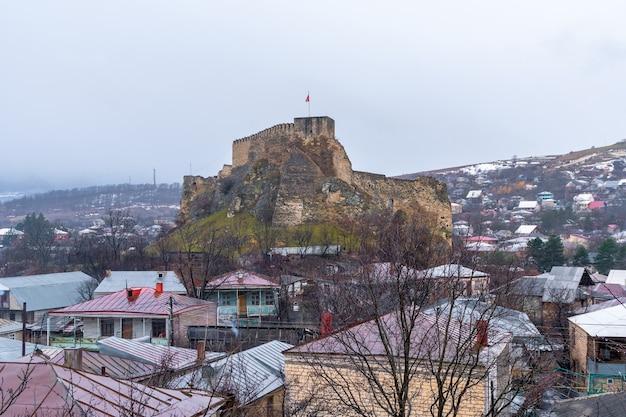 Fortezza medievale nella città di surami nella regione di shida kartli, georgia