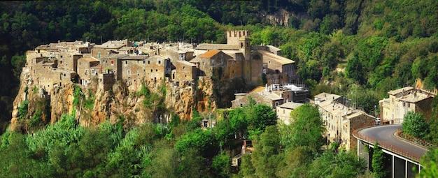 Borgo medievale in collina calcata