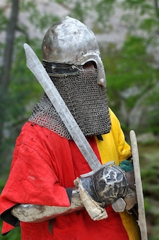 Cavaliere medievale in armatura per ricostruzioni storiche di battaglie medievali.