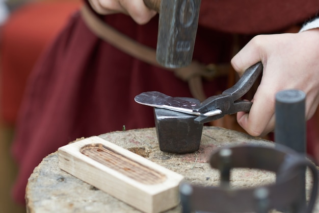 Lavorazione del metallo medievale per fare monete Foto Premium