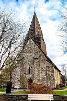 La chiesa di pietra medievale a voss, norvegia