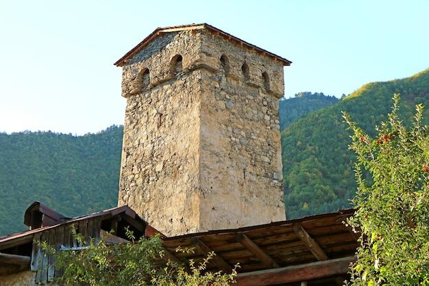 Svan medievale torre-casa alla luce del sole, città di mestia, regione di svaneti della georgia