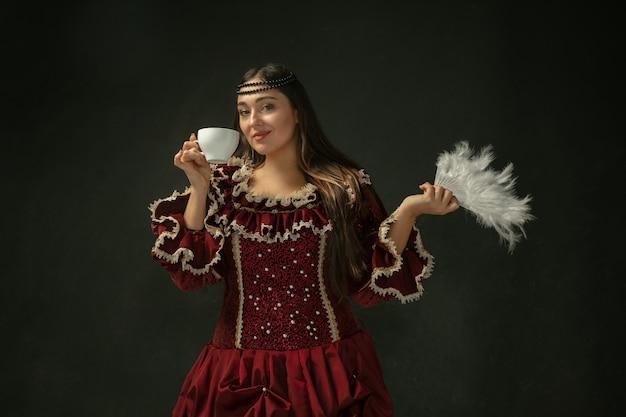 Giovane donna medievale in costume antiquato