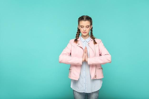 Ritratto di meditazione e yoga di una bella ragazza carina