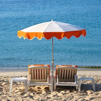 Formato quadrato mediterraneo dell'ombrellone delle sedie di spiaggia