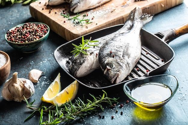 Orata mediterranea con spezie sale erbe aglio e limone. frutti di mare sani. concetto di frutti di mare sani.