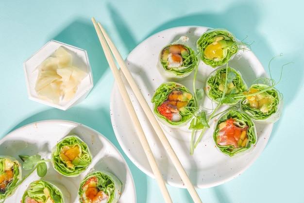 Concetto di dieta mediterranea, nordica e cheto. sushi senza riso, cibo dietetico con frutti di mare, verdure.