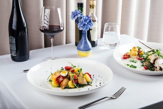 Piatti del ristorante mediterraneo con vino rosso