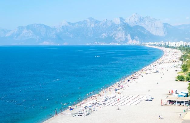 Vista sul mare della costa della spiaggia del mar mediterraneo della turchia vicino ad antalia