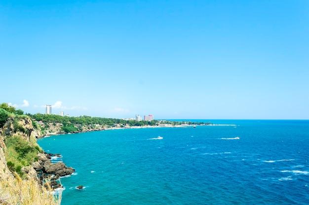 Vista sul mare della costa del mar mediterraneo della turchia vicino ad antalia Foto Premium