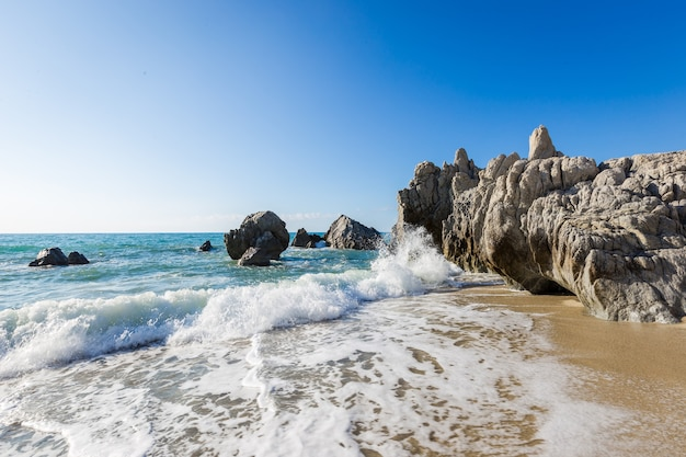 Vista sul mare mediterraneo, mare blu, rocce sulla costa, giorno d'estate