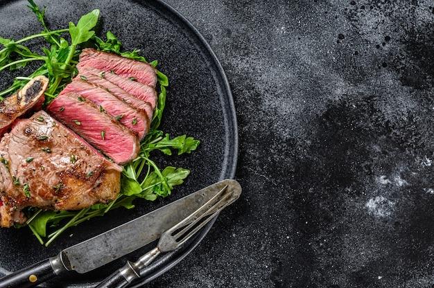 Bistecca di manzo alla griglia affettata mediamente rara