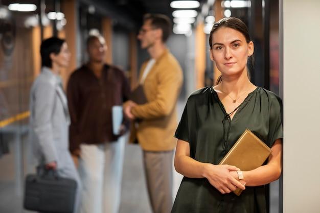 Colleghi sfocati inquadratura media al lavoro