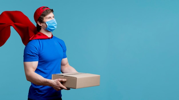 Uomo di consegna colpo medio con maschera