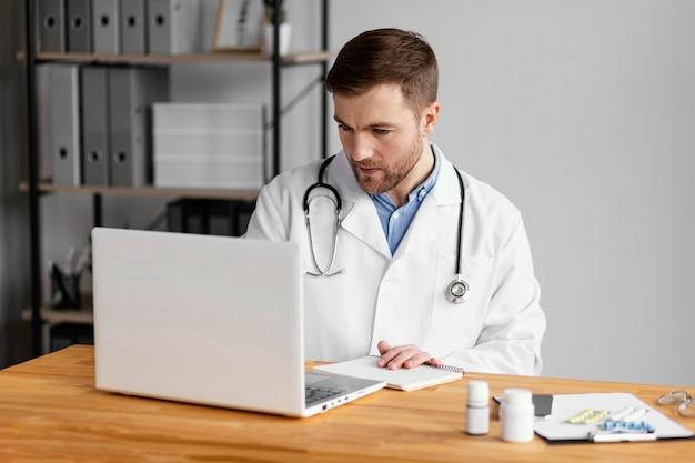 Medico del colpo medio che parla al paziente