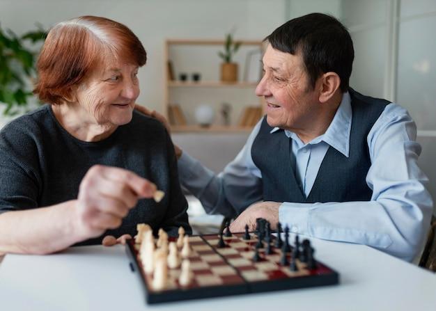 Anziani del colpo medio che giocano a scacchi