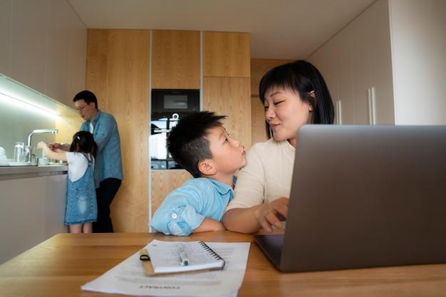 Famiglia di tiro medio a casa Foto Premium