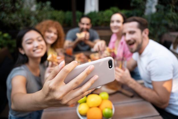 Amici di tiro medio che si fanno selfie