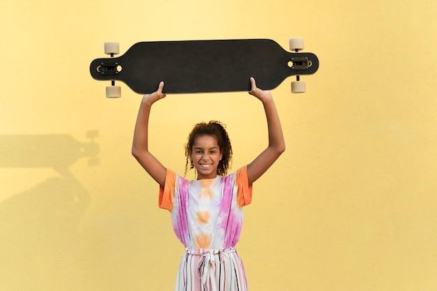 Ragazza con tiro medio con skateboard
