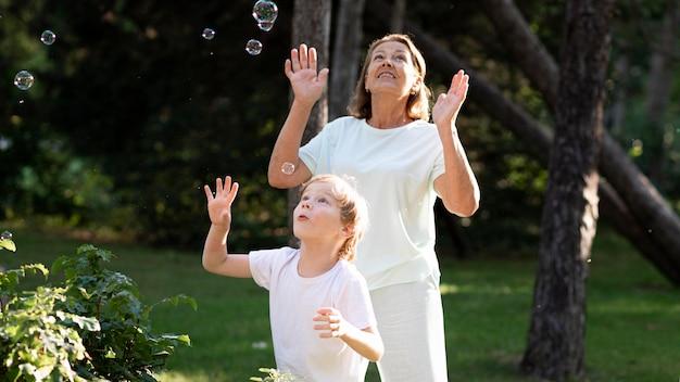 Nonna e ragazzo nel parco del colpo medio