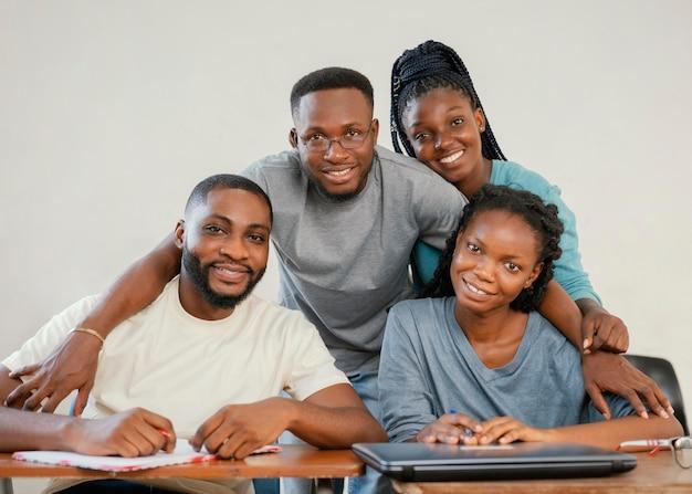 Gruppo medio di studenti in posa