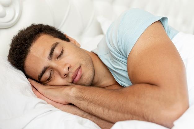 Ragazzo di tiro medio che dorme al mattino Foto Premium