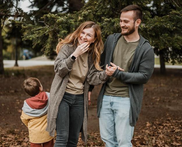 Famiglia felice del colpo medio all'aperto Foto Premium