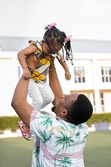Bambino felice della holding del padre del colpo medio