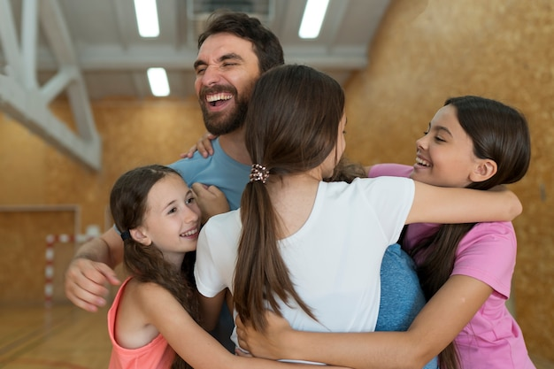 Ragazzi felici e insegnante di tiro medio