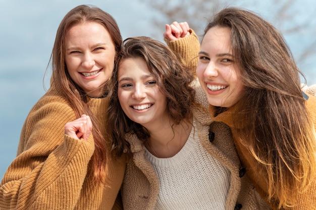 Donne felici del colpo medio all'aperto