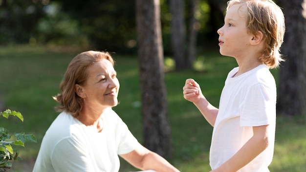 Ragazzo e nonna a tiro medio all'aperto
