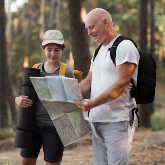Uomo e ragazza del colpo medio che esaminano la mappa Foto Premium