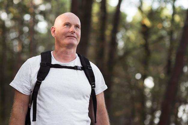 Uomo di tiro medio con zaino Foto Premium