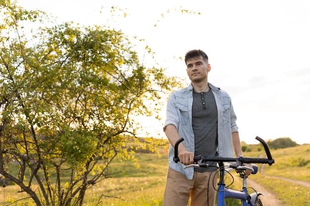 Uomo di tiro medio con bicicletta