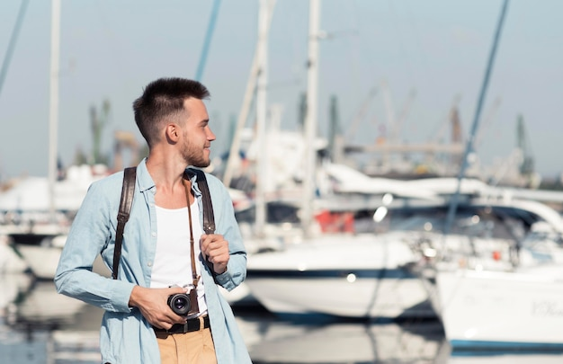 Uomo del colpo medio con la vecchia macchina fotografica
