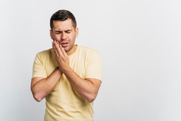 Colpo medio uomo con mal di denti