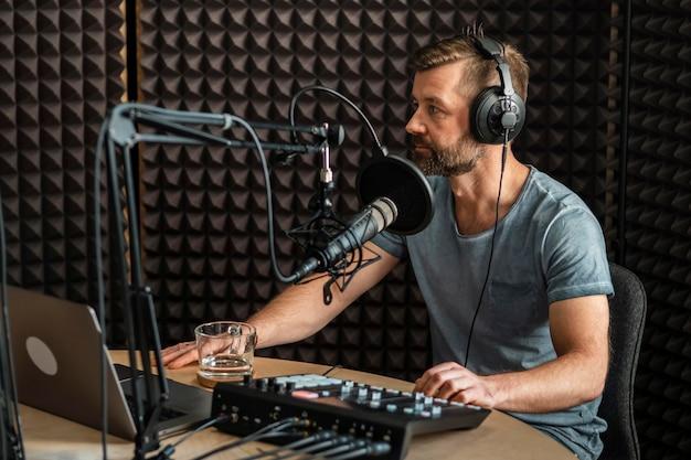 Uomo di tiro medio che lavora alla radio
