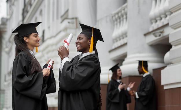 Persone di tiro medio che si laureano