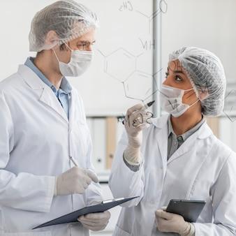 Persone di tiro medio in laboratorio