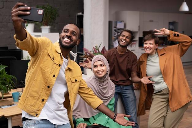 Persone di tiro medio che si fanno selfie insieme