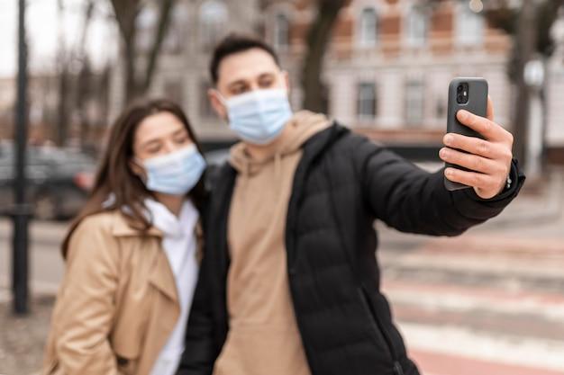 Persone di tiro medio che indossano maschere