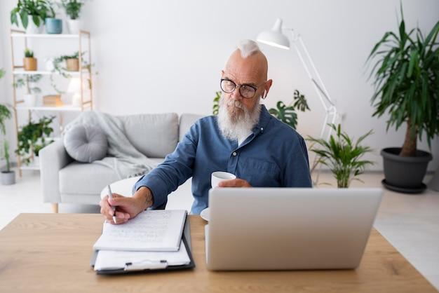 Uomo anziano a tiro medio con laptop