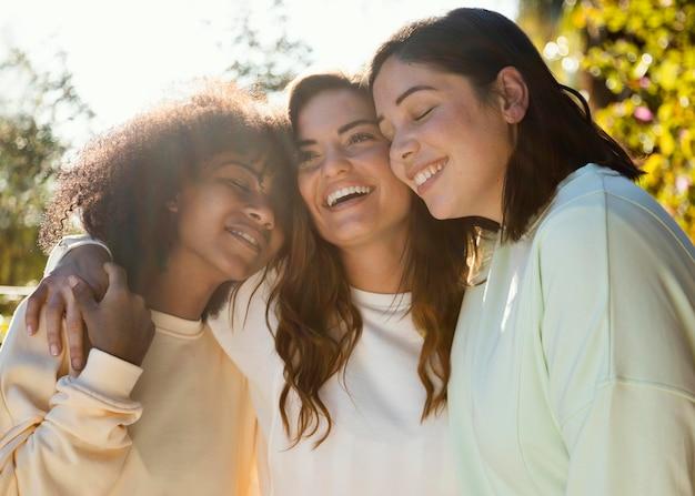 Amici di smiley colpo medio insieme