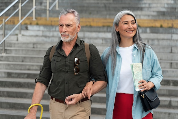 Persone sorridenti di tiro medio che camminano insieme
