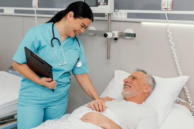 Donna di smiley del colpo medio che controlla paziente