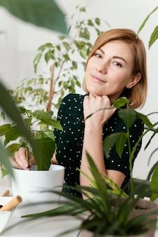 Giardinaggio della donna di smiley del colpo medio