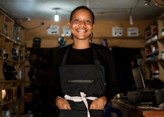Donna di smiley colpo medio in negozio