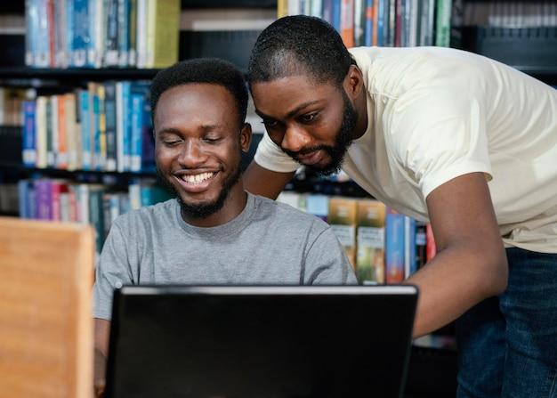 Studenti di tiro medio con laptop