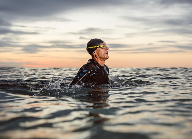 Nuotatore a tiro medio con attrezzatura